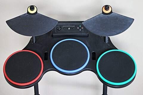 Banda Completa original do Guitar Hero World Tour para PS3 com Bateria, Guitarra, Microfone e Jogo _foto de detalhe