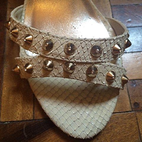 Sandália Shoestock com spikes _