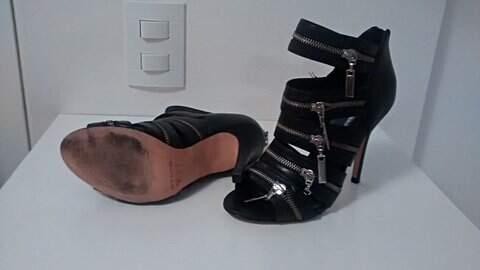 Sandália Preta de Ziper_foto de costas