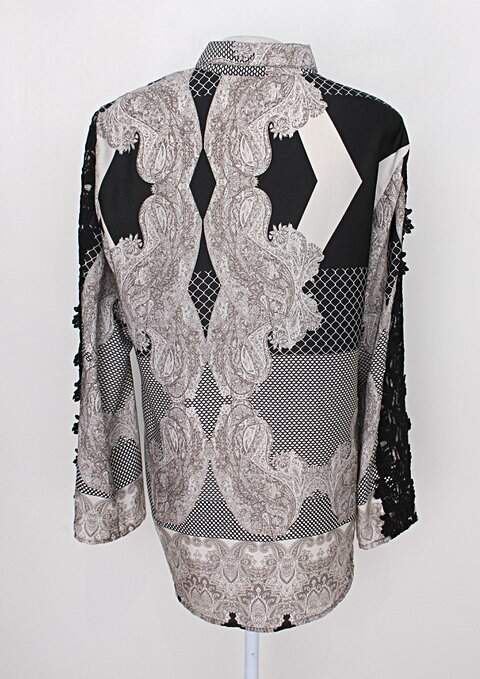 Camisa mob feminina mix de estampas com renda_foto de costas