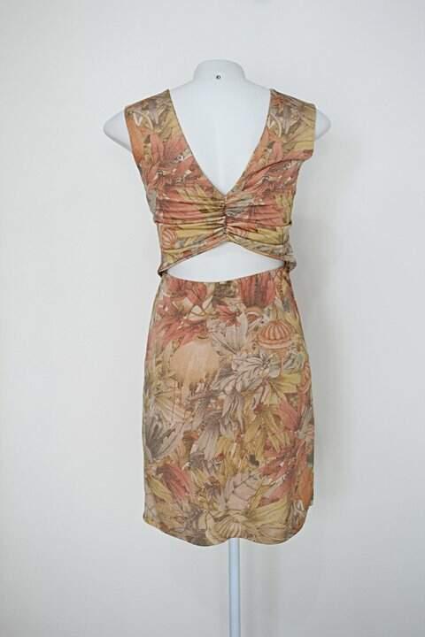 Vestido thyellen feminino bege e laranja estampado com recortes_foto de costas