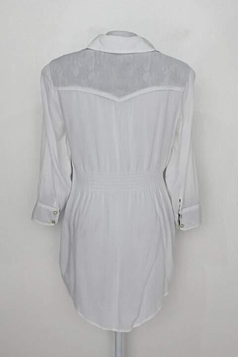 Camisa alongada guess feminina branca com detalhes de Renda_foto de costas