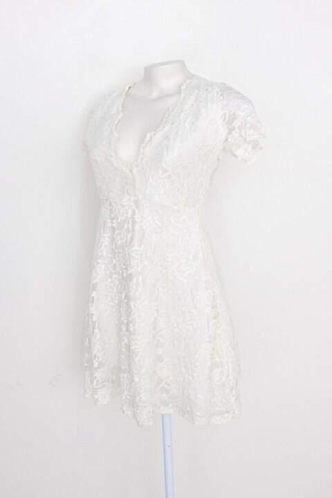 Vestido feminino romântico de renda off-white_foto de detalhe
