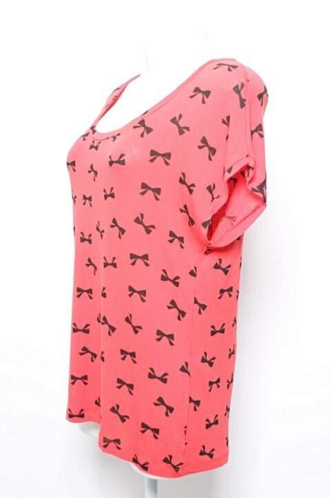 Camiseta Vermelha Laços Pretos_foto de costas