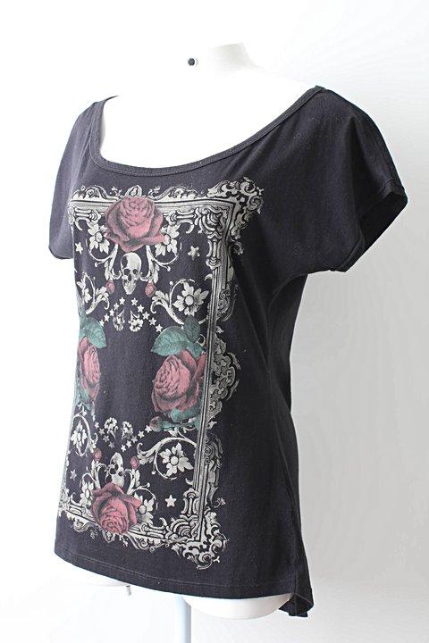 Camiseta Preta Caveiras e Rosas_foto de frente